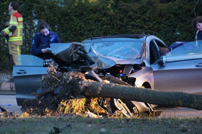 De ravage na het ongeval was groot. In de wagen werd ook lachgas gevonden