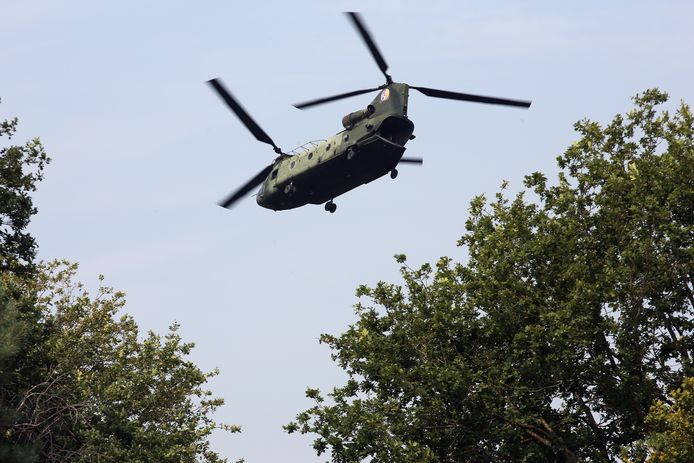 Een Chinook transporthelikopter bij een oefenvlucht boven de vliegbasis. De eerste gemoderniseerde Chinooks komen binnenkort naar Gilze-Rijen. Helaas maken ze niet minder geluid zegt commandant Robert Adang.