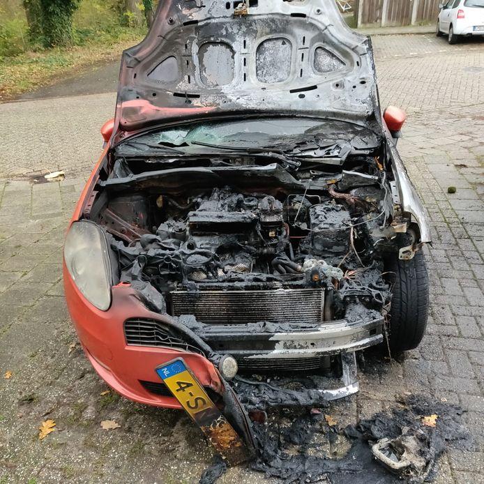 Het wrak van de oranje Fiat Punto vertelt het verhaal van Pascal Bluemers. Hij is zijn auto en zijn vrijheid kwijt.
