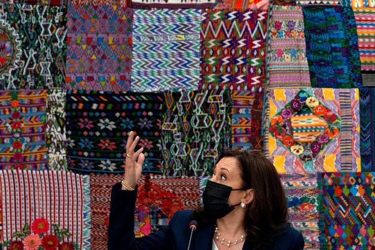 De Amerikaanse vicepresident Kamala Harris wijst tijdens haar bezoek aan Guatemalteekse ondernemers naar de traditionele weefsels die ze maken. Ze riep de inwoners van Guatemala, en de rest van Midden-Amerika, tot twee keer toe op niet meer naar de VS te komen.  Beeld AP