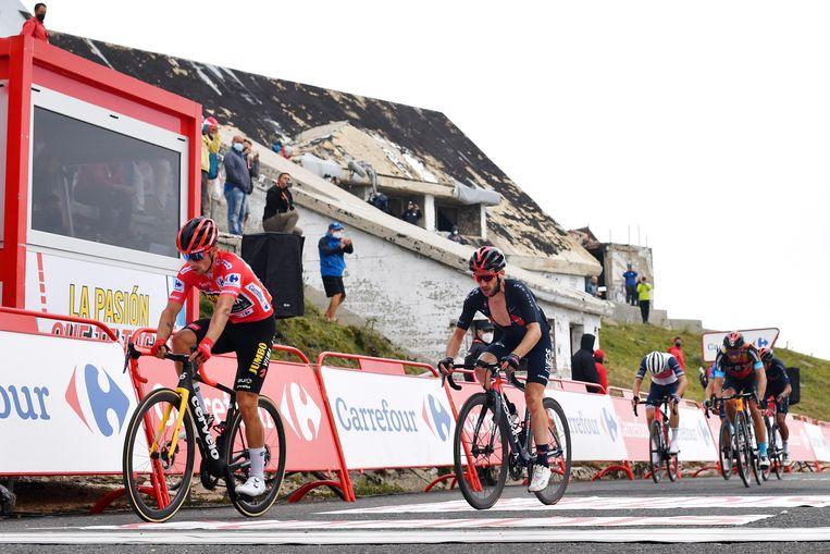 Adam Yates komt in het wiel van Primoz Roglic over de finish. Van zijn plan om tijd terug te pakken is door de tegenwind niets terechtgekomen. Beeld Stuart Franklin/Getty Images