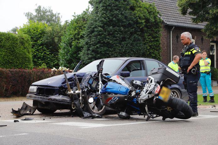 Het moet een enorme klap zijn geweest waarmee de motor op de personenauto botste in Sambeek.