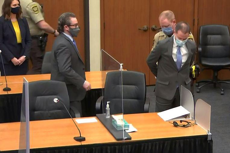 Derek Chauvin wordt geboeid na de uitspraak. Beeld Reuters