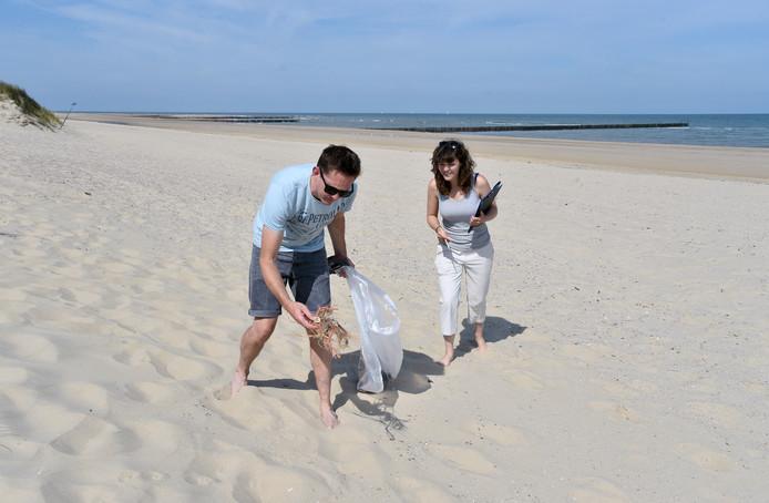 Merijn Hougee en Marijke Boonstra onderzoeken een deel van het strand.