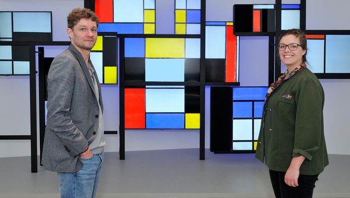 Ontwerper Erik Bär (links) en conservator Marjory Degen voor de dertien beeldschermen, waarop de kunstwerken van Mondriaan worden getoond.