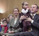 Kees van der Staaij en zijn vrouw Marlies met hun kinderen in 2004 bij de publicatie van het boek 'Liefs uit Botogá' dat zij samen schreven over de adoptie van hun kinderen.