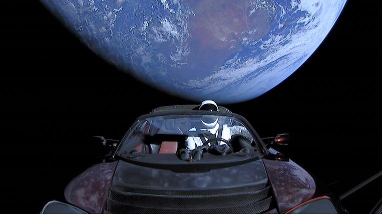 De Tesla Roadster van Elon Musk in de ruimte. Beeld SpaceX