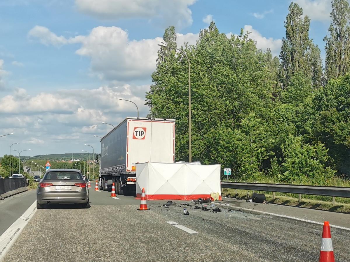 Op de A8 richting Halle gebeurde vrijdagnamiddag een dodelijk ongeval.
