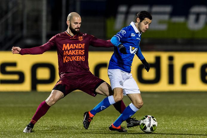 RKC'er Hans Mulder in duel met Zijn Azizov van FC Den Bosch.