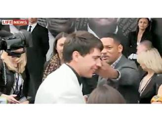 Will Smith slaat reporter in gezicht na kusincident
