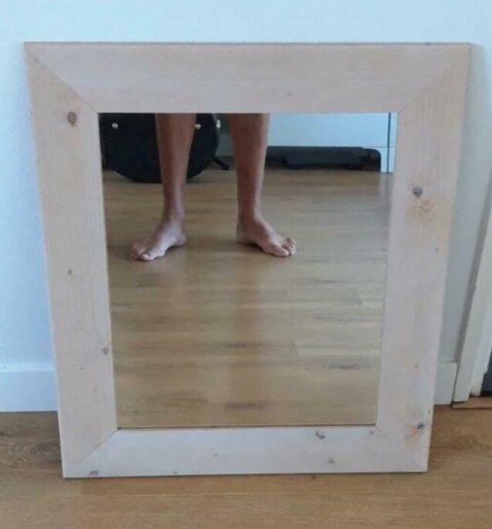 Het lijkt veel verkopers van spiegels niet te deren dat ze zelf op de foto staan. Ook niet in gekke poses of met blote voeten