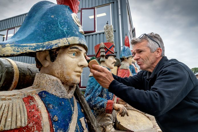 John Post onderwerpt een van de vier Napoleontische soldaten aan een nauwkeurige inspectie.