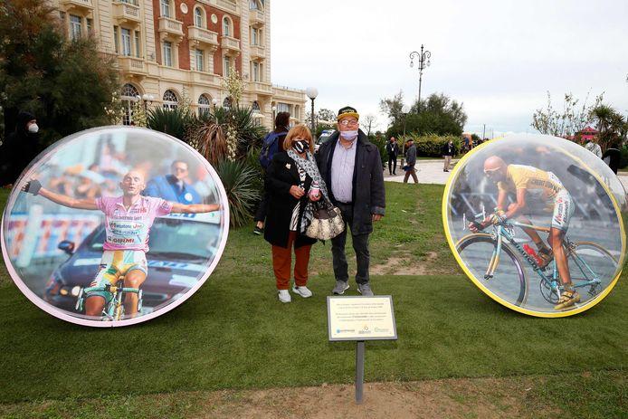 Tonina and Paolo Pantani, de ouder van de overleden Marco Pantani poseren bij twee afbeeldingen van hun zoon.