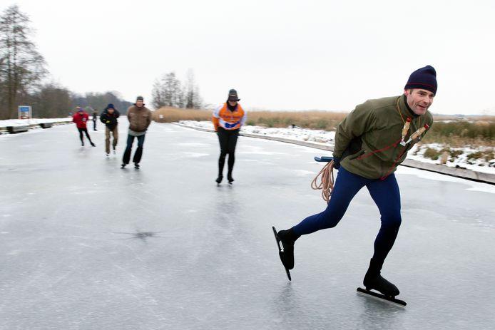 Archieffoto: Een schaatser met priem en touw op natuurijs.