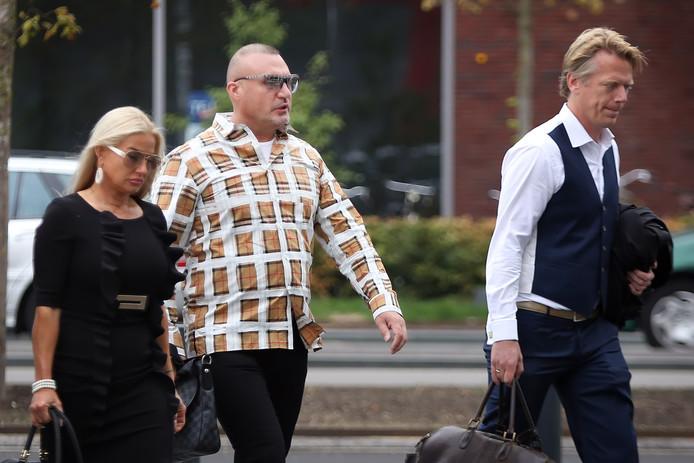 Klaas Otto (m) ariveert bij de rechtbank voor de inhoudelijke behandeling van de strafzaak tegen hem. Rechts voor hem advocaat meester Sanne Schuurman.