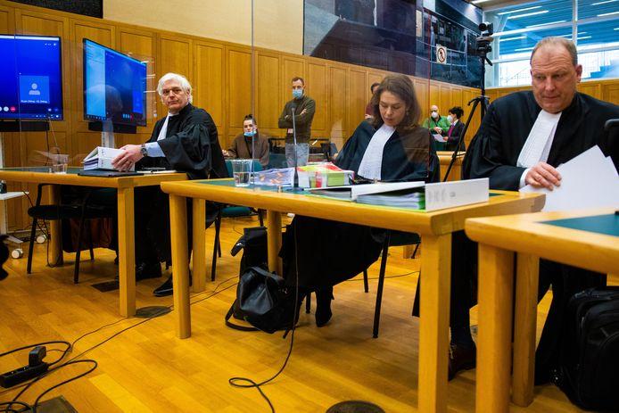 Advocaat Dolf Segaar van Kakhi Jordania (links) en de advocaten Kim van de Wiel en Herman Knotter van FC Den Bosch twee weken geleden bij de rechtbank in Den Bosch.