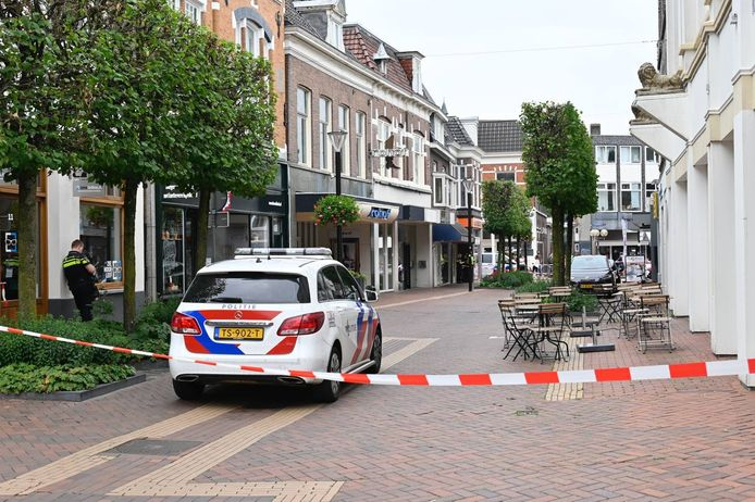 De Grotestraat in Almelo is dinsdagavond afgezet nadat een onbekende een bommelding heeft gedaan. Bewoners kunnen tijdelijk hun huis niet in.