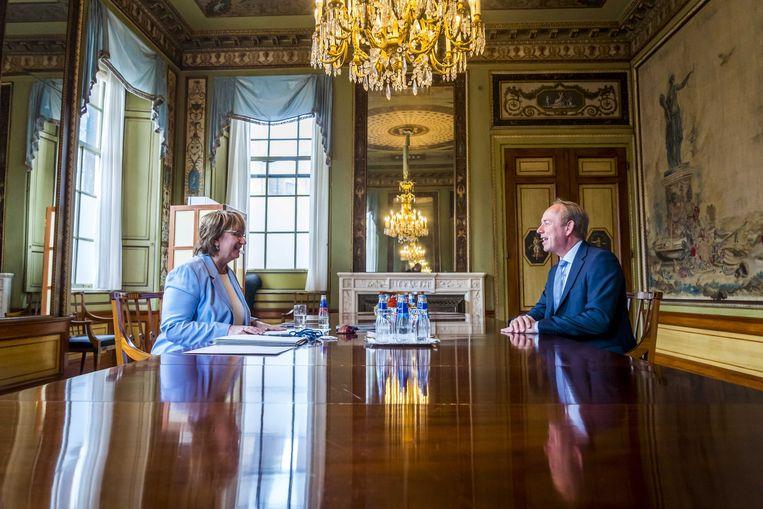 Informateur Mariette Hamer op maandag in gesprek met fractievoorzitter Kees van der Staaij van de SGP. Beeld ANP