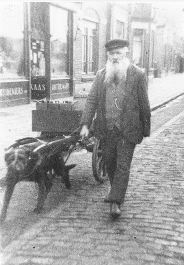Petroleumventer Kees van Gils met hondenkar in Gilze.