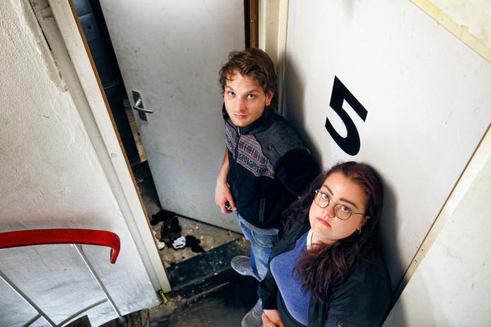 Bewoners Jesse van Rijn en Zoë Coenen in het trappenhuis met uitwerpselen.