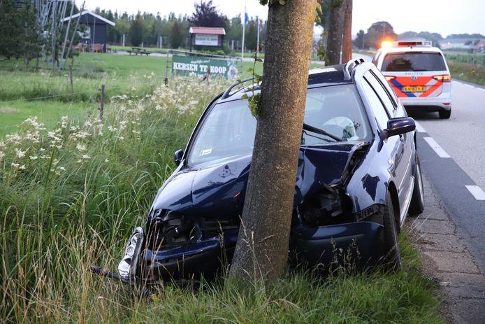 Een automobilist is in Lienden tegen een boom tot stilstand gekomen. De bestuurder is aangehouden voor rijden onder invloed.
