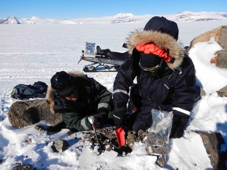Matthias van Ginneken en de Zwitserse veldgids Raphael Mayoraz bij een plaats waar meerdere micrometeorieten werden gevonden. Beeld BELGAONTHESPOT
