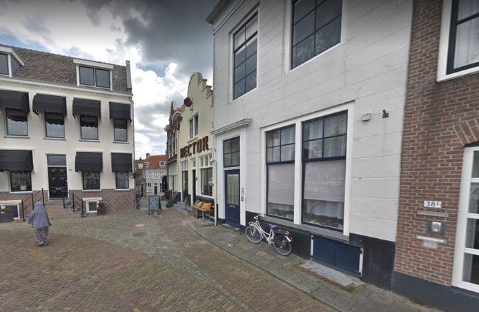 Het kleine straatje De Blaauwe Steen (midden van de foto) gezien vanaf de haven.