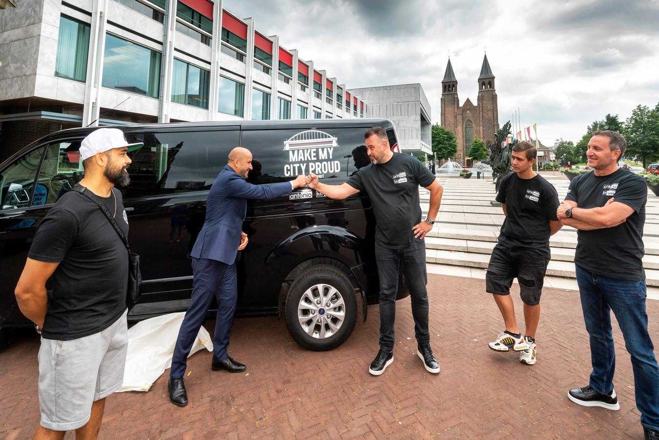 Arnhem, 22 juli 2021. Burgemeester Marcouch tekent een contract t.b.v. een project dat jongeren begeleidt naar werk onder de noemer 'Make my city proud'.