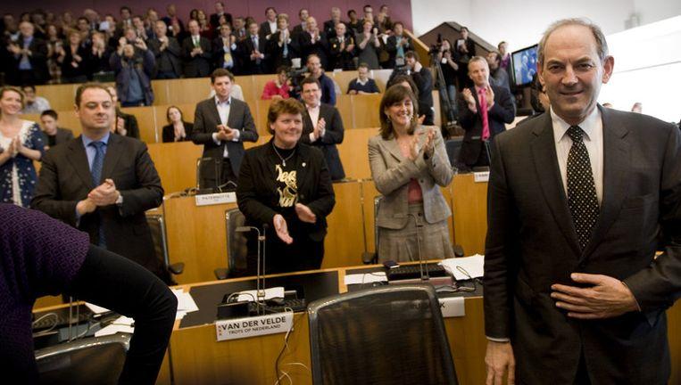 Job Cohen (R) ontvangt bij zijn afscheid het applaus van de Amsterdamse gemeenteraad. Dinsdag presenteert de raad de profielschets van zijn opvolger. foto ANP Beeld