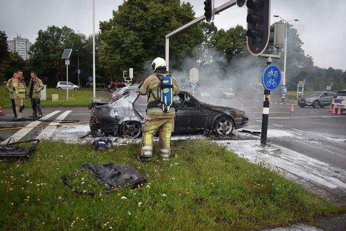 Hoe de brand in de auto is ontstaan is niet duidelijk.