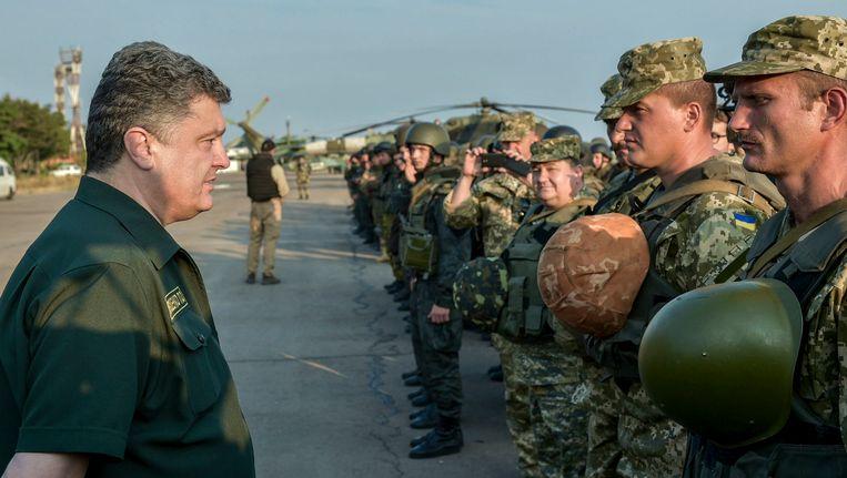 De Oekraïense president Porosjenko had in Marioepol onder meer een ontmoeting met zijn troepen. Beeld REUTERS