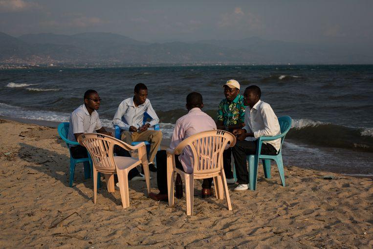 Een zondagmiddag aan het Tanganyika-meer in Bujumbura, Burundi. In dat land wijkt de temperatuur het minst af van de heilzame 22 graden Celsius. Beeld Hollandse Hoogte / Focus / Photo- & Presseagentur GmbH