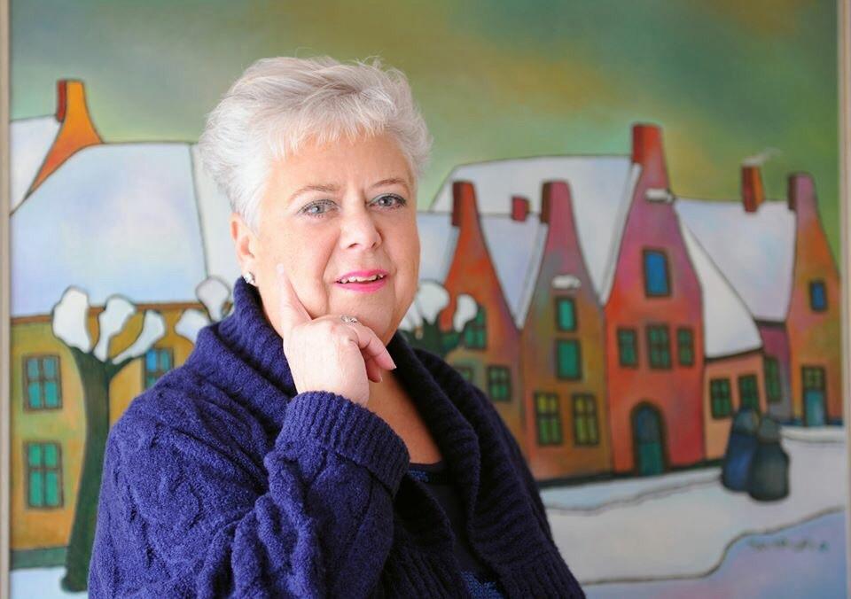 Ingrid Tieland voor een schilderij van haar vader.