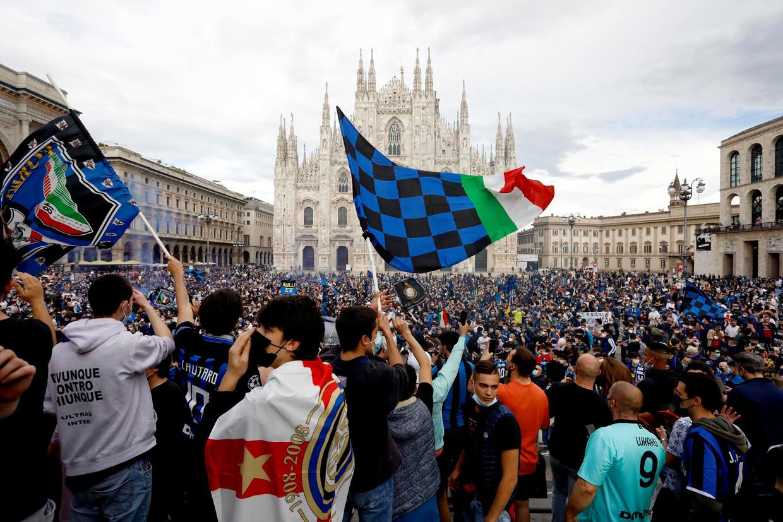 De supporters van Inter vieren de titel op de Piazza del Duomo. Beeld EPA