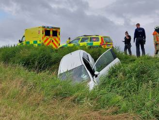 Bestuurster (25) gewond nadat ze van weg af raakt en gracht belandt