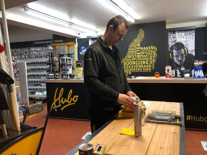 Rob Huijbers van Hubo Oswé in Veghel   is bestellingen aan het klaarmaken in de winkel.