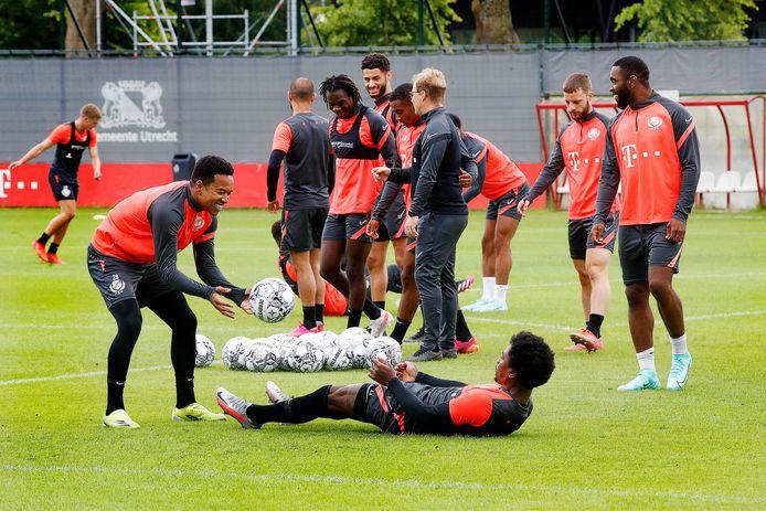 Urby Emanuelson (links) gooit de bal naar Eljero Elia, vandaag tijdens de eerste training van FC Utrecht als voorbereiding op het nieuwe seizoen.