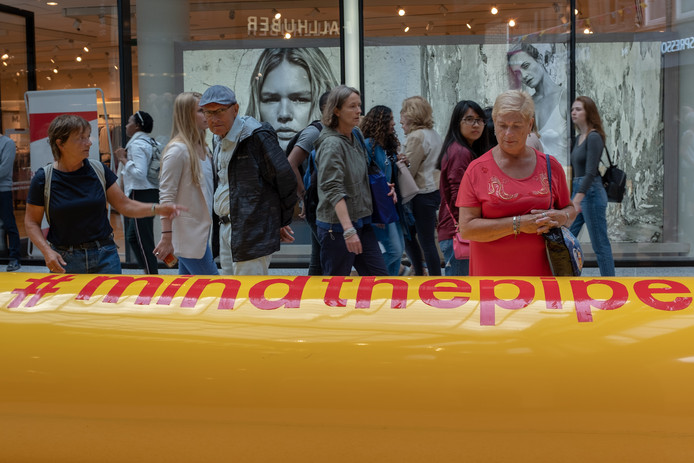 Oliepijplijn in centrum Den Haag toont onzichtbare invloed van Shell.