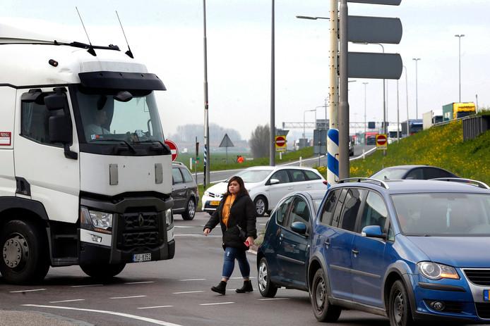 Reizigers moeten op- en afritten van de A27 oversteken om bij de haltes te komen. Reizigersvereniging Rover maakt zich zorgen over de situatie. ,,Deze foto zegt alles.''