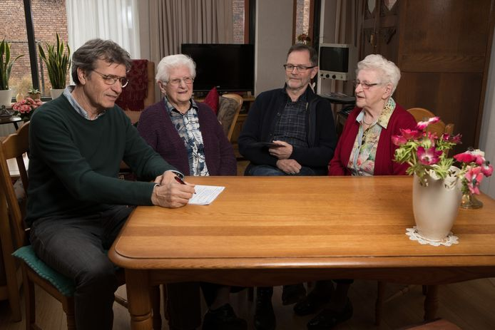 Zussen Tonny van Schooten (links) en Marietje Nij Bijvank inspireerden Willy Wolterink en Henk Vloedgraven (links) tot het maken van een documentaire.