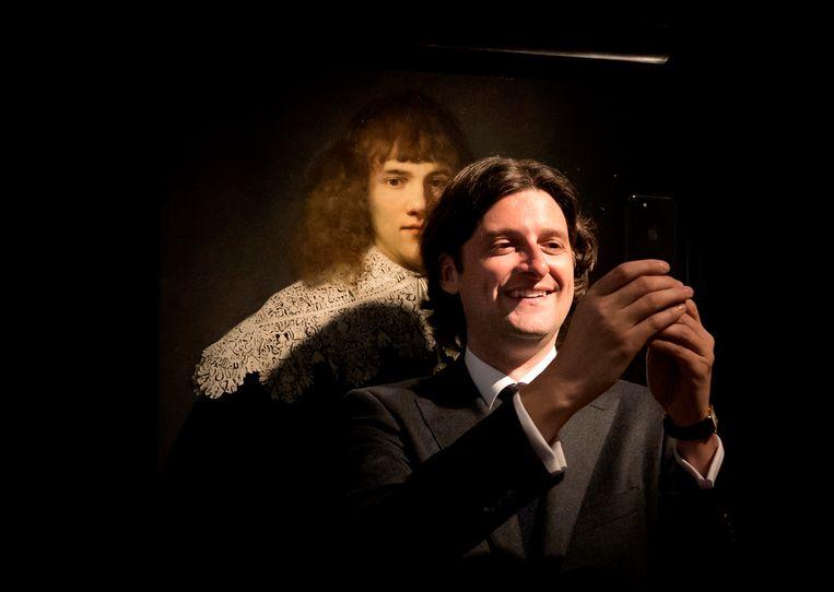 De Amsterdamse kunsthistoricu en kunsthandelaar Jan Six maakt een selfie voor het kunstwerk 'een portret van een jonge man' in museum Hermitage Amsterdam. Six ontdekte dat het schilderij van de hand van Rembrandt is.  Beeld ANP