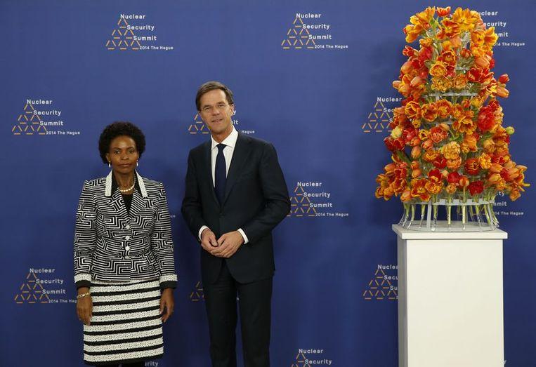 Rutte met de Zuid-Afrikaanse minister Maite Nkoana-Mashabane Beeld afp