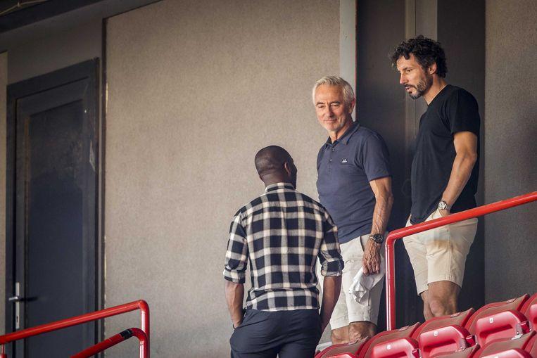 Bert van Marwijk (midden) en Mark van Bommel (rechts) tijdens een oefenwedstrijd van MVV tegen ADO Den Haag. Beeld ANP