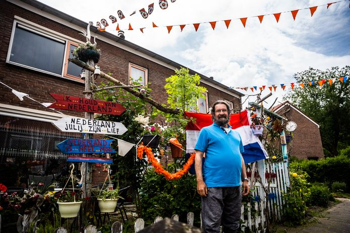 Sohep Khattat voor zijn versierde voortuin aan de Velpse Mauritsstraat.
