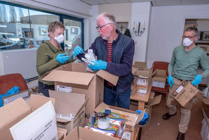 Vrijwilligers van de Keilbout sorteren vroeg in de coronacrisis medische hulpmiddelen in hun winkel 't Overschotje in Malden. Deze week was de winkel doelwit van controles door autoriteiten.