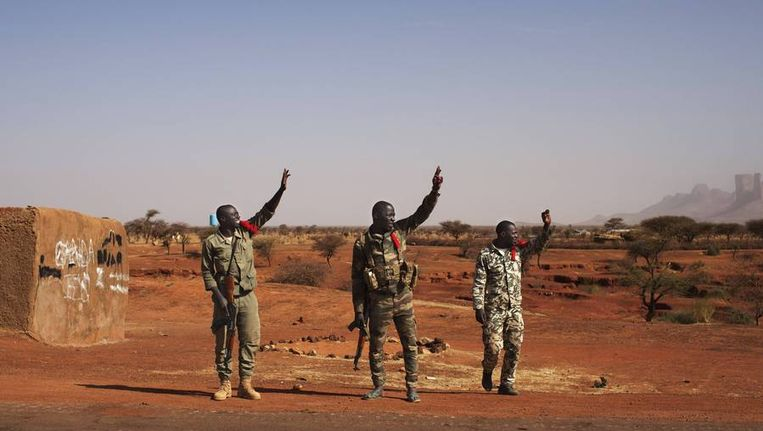 Malinese soldaten zwaaien naar hun collega's die vertrekken naar een andere stad. Beeld reuters