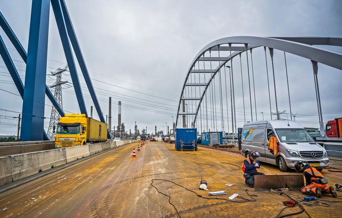 De bestaande Suurhoffbrug is de afgelopen maanden verstevigd.