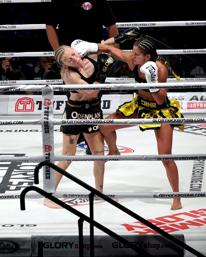 Tiffany van Soest (rechts) in actie tegen Sofia Olofsson. Ze was in New York in juli van het afgelopen jaar te sterk voor de Zweedse kickboksster.