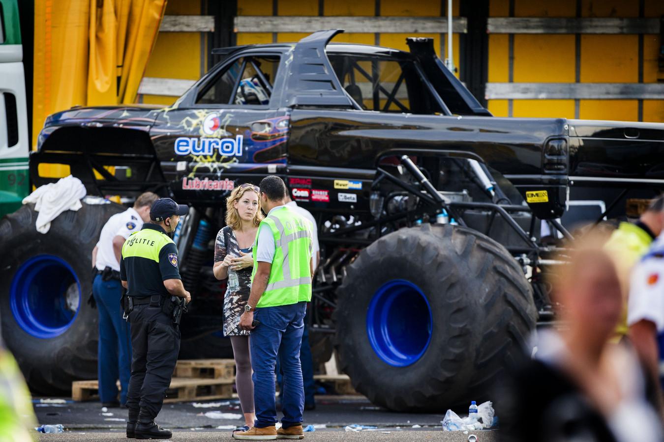 Politie bij de monstertruck die tijdens een evenement in het publiek gereden is.