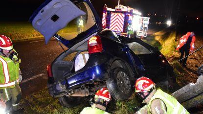 Automobilist gewond bij spectaculaire klap tegen elektriciteitspaal
